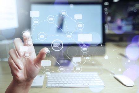 Photo pour Gros plan d'homme d'affaires main utilisation interactive ordinateur avec icône Courriel virtuel comme concept - image libre de droit