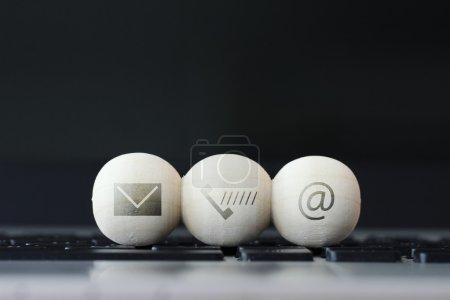 Photo pour Icône sur boule de bois de site Web et Internet nous contacter concept de page sur ordinateur portable clavier - image libre de droit