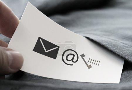 Photo pour Gros plan de l'homme d'affaires cueillette à la main icône de la carte de visite Contactez-nous concept de la poche de fond de veste costume gris - image libre de droit