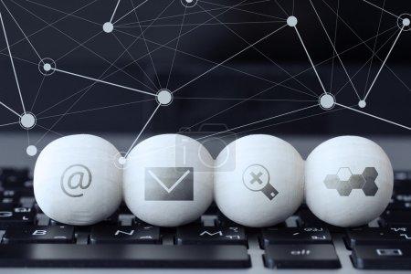 Photo pour Icône sur boule de bois de site Web et Internet Contactez-nous concept de page sur ordinateur portable clavier et diagramme de médias sociaux - image libre de droit