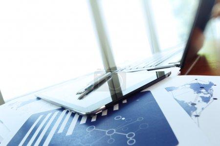 Photo pour Documents d'affaires sur table de bureau avec stylo et tablette numérique comme concept d'entreprise d'espace de travail - image libre de droit
