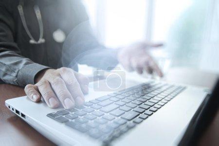 Photo pour Médecin travaillant avec tablette numérique et ordinateur portable dans le bureau de l'espace de travail médical et effet d'exposition couvert - image libre de droit
