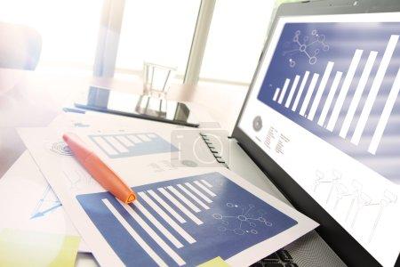 Photo pour Documents d'affaires sur table de bureau avec téléphone intelligent et tablette numérique et stylo moderne avec ordinateur portable dans le concept d'espace de travail - image libre de droit