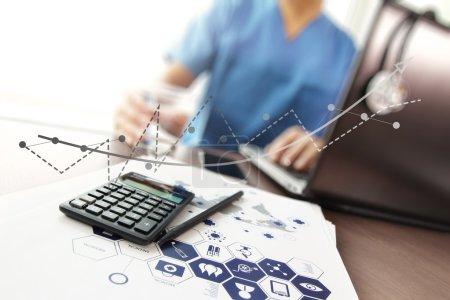 Photo pour Médecin travaillant avec ordinateur portable et calculatrice dans le bureau de l'espace de travail médical et le diagramme de médias de réseau médical comme concept - image libre de droit