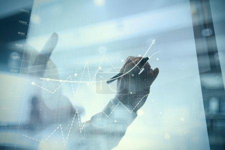 Photo pour Main d'homme d'affaires travaillant avec un nouvel ordinateur moderne et la stratégie d'entreprise comme concept - image libre de droit
