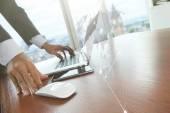 Obchodní muž rukou pracují na přenosném počítači s sociální media d