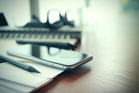Foto de Primer plano del Smartphone, libro de planificación sobre el concepto de espacio de trabajo de escritorio de madera - Imagen libre de derechos