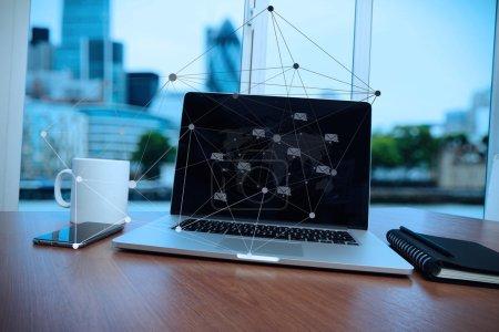 Foto de Computadora portátil está en el escritorio de madera como concepto de lugar de trabajo con efecto crepúsculo con diagrama de medios sociales - Imagen libre de derechos