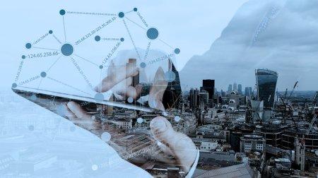 Photo pour Double exposition de l'homme d'affaires travaillant avec un nouvel ordinateur moderne montrent la structure des réseaux sociaux et l'arrière-plan de la ville de Londres comme concept - image libre de droit