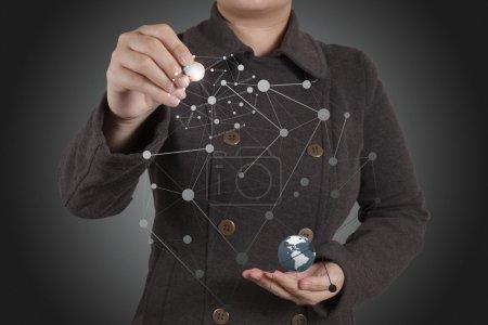 Photo pour Homme d'affaires travaillant avec un nouvel ordinateur moderne montrer la structure des réseaux sociaux et le monde comme concept - image libre de droit