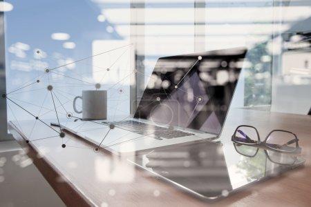 travail de bureau avec un ordinateur portable et téléphone intelligent sur la table en bois avec