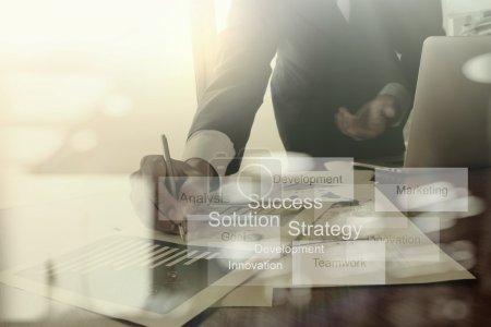 Photo pour Documents d'affaires sur la table de bureau avec téléphone intelligent et tablette numérique et graphique diagramme d'affaires et l'homme travaillant en arrière-plan - image libre de droit