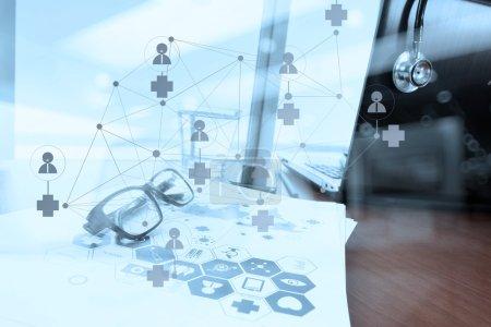 Photo pour Double exposition de l'espace de travail du médecin avec ordinateur portable dans le bureau de l'espace de travail médical et le diagramme de médias de réseau médical comme concept - image libre de droit