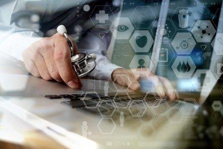 Photo pour Médecin travaillant avec un ordinateur portable dans un bureau d'espace de travail médical et un diagramme de média numérique médical en tant que concept - image libre de droit