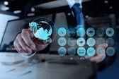Dvojitá expozice rukou ukazující Internet věcí (Iot) slovo di
