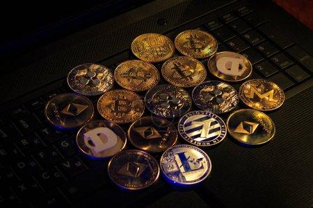 Photo pour Or et argent crypto monnaies pose sur un ordinateur portable - image libre de droit