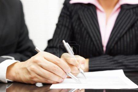 Photo pour Homme et femme sont analyser et remplir le document - image libre de droit