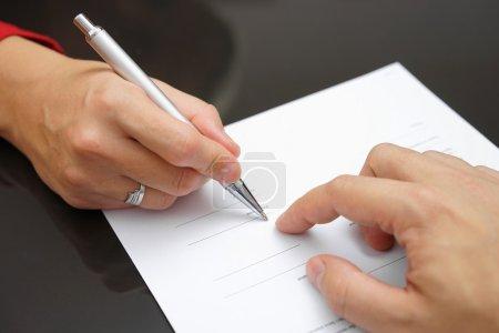 Photo pour L'homme montre à la femme où signer - image libre de droit