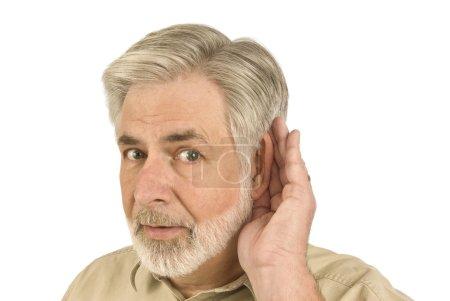 Photo pour Photo d'un homme senior ventouses son oreille parce qu'il est malentendant. - image libre de droit