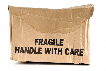 Photo pour Poignée fragile avec soin boîte brune écrasée sur fond blanc - image libre de droit