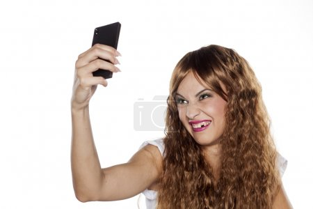 Photo pour Laide femme édentée faisant selfie sur fond blanc - image libre de droit