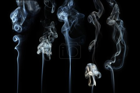Photo pour Ondes de fumée abstraites sur fond noir - image libre de droit