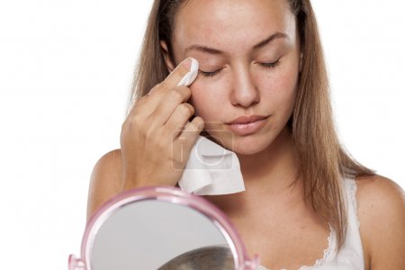 woman cleaning her eyelids