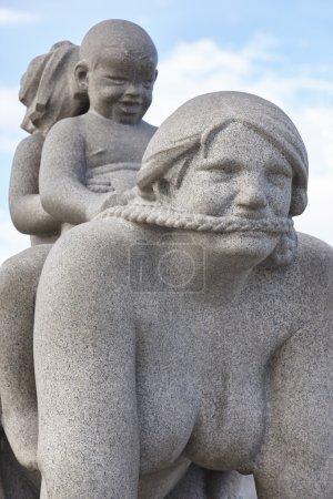 Photo pour Norvège, Oslo. Vigeland parc sculpture femme et enfants. Tourisme de voyage. Horizontal - image libre de droit