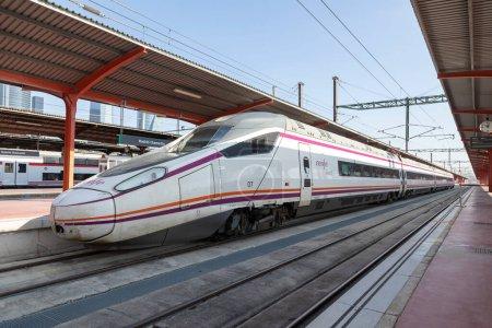 Madrid, España - 2 de junio de 2021: Renfe Avant tren de media distancia y sus vagones, estacionado en una de las plataformas de la estación de tren de Chamartín