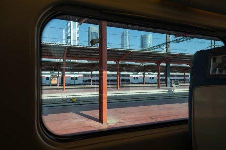 Madrid, España - 2 de junio de 2021: Vista exterior de los rascacielos desde la ventana de un tren de media distancia Renfe Avant, en la estación de tren de Chamartín