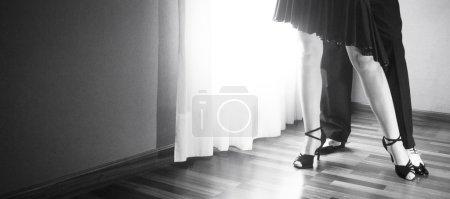 Photo pour Salle de bal mâle et femelle, standard, sport danse, latine et pieds de danseurs salsa couple et chaussures dans la salle de répétition danse Académie école danse salsa. - image libre de droit