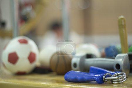 Photo pour Exerciseur de main, mini football, mini basket, dumbell poids et autre équipement de traitement de réadaptation physiothérapie pour la récupération de la fonction de la chirurgie orthopédique dans une chambre d'hôpital clinique physiothérapie sur une table en bois. - image libre de droit