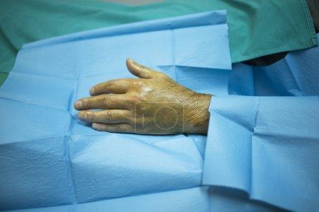 Photo pour Mâle médecin chirurgien traumatologie et orthopédie injectant le patient sur le lit d'hôpital dans la main et du poignet en clinique privée avec Prp Platelet Rich Plasma facteurs de croissance des cellules souches humaines pour traiter la perte de cartilage en collaboration avec blessure et douleur. - image libre de droit