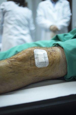 Photo pour Traumatologie et orthopédie chirurgien médecin injection patient masculin sur lit d'hôpital au genou dans une clinique privée avec Prp Platelet Rich Plasma facteurs de croissance des cellules souches humaines pour traiter les douleurs et les lésions articulaires de cartilage gaspillage. - image libre de droit