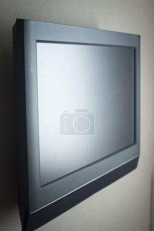 Photo pour Écran plat a mené la télévision haute définition a placé sur la photo de mur dans les tons beige gris . - image libre de droit