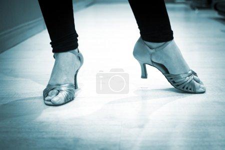 Photo pour Danse chaussures pieds et les jambes des femme salle de bal et de professeur de danse latine salsa danseur dans les cours de danse école répétition salle. - image libre de droit