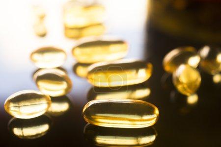 Photo pour Morue omega huile de foie de poisson 3, 6 et 9 capsules compléments alimentaires santé. - image libre de droit