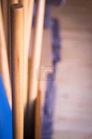 Photo pour Pilates exercent pôles au club de santé pour développer la force, flexibilité et améliorer la posture et tapis d'yoga fitness gym formation. - image libre de droit