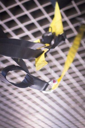 Photo pour Machine de formation de gym Pilates suspension exercice fitness au club de santé pour développer force, souplesse et améliorer la posture suspendu. - image libre de droit