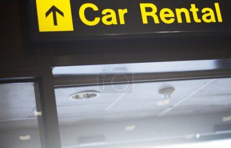 Photo pour Aéroport Location voiture panneau panneau donnant des directives dans la salle d'embarquement de clair. - image libre de droit