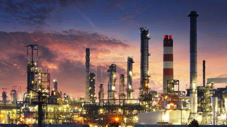 Photo pour Usine de raffinerie de pétrole pendant la nuit - image libre de droit