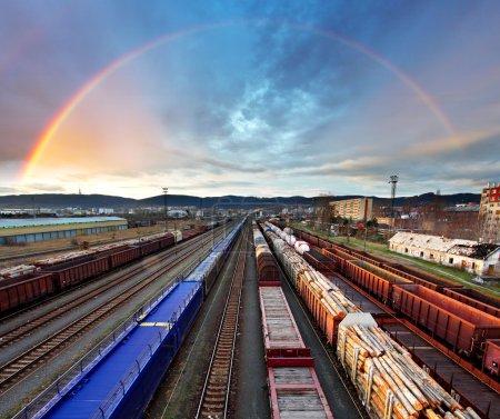 Photo pour Train Transport de marchandises avec arc-en-ciel - Transport de marchandises - image libre de droit