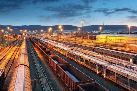 Photo pour Trains de marchandises - Transport de marchandises - image libre de droit