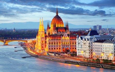 Photo pour Parlement de Budapest, en Hongrie, dans la nuit - image libre de droit