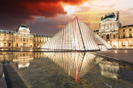 Photo pour PARIS - 9 FÉVRIER : Musée du Louvre au crépuscule en été le 9 février 2015. Le musée du Louvre est l'un des plus grands musées du monde avec plus de 8 millions de visiteurs chaque année . - image libre de droit