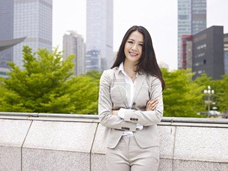 Photo pour Portrait d'une jeune femme d'affaires asiatique souriante . - image libre de droit