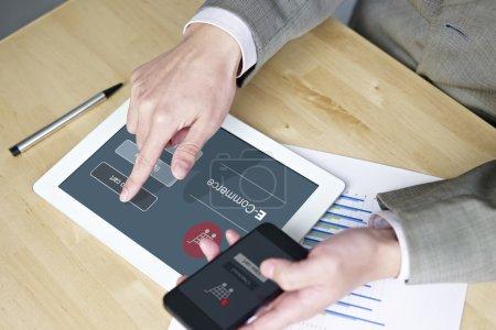 Photo pour Mains d'un homme utilisant un téléphone portable et tablette lors de ses achats en ligne . - image libre de droit