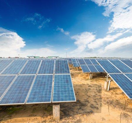 Foto de Paneles solares para producir energía limpia, sostenible y renovable - fuente de electricidad alternativa - Imagen libre de derechos