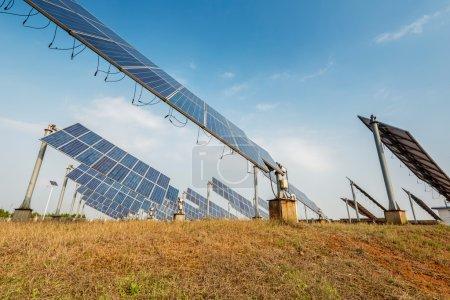 Foto de Paneles solares - sistema de seguimiento de cerca - Imagen libre de derechos