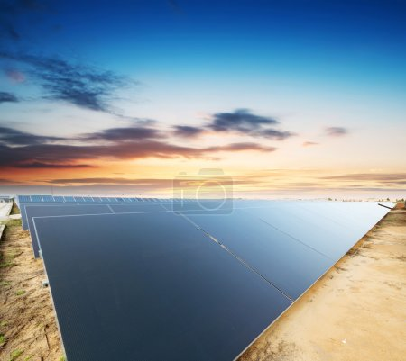 Foto de Paneles solares - sistema de seguimiento - Imagen libre de derechos